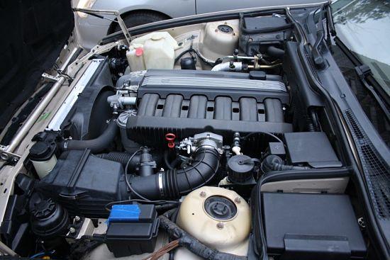 открытый капот машины с установленным мотором