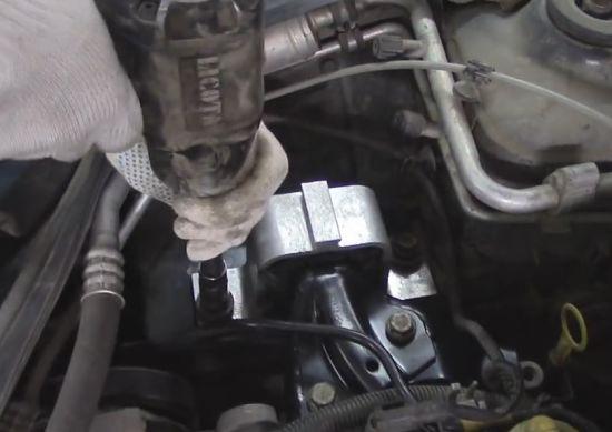 закрепление болтами новой подушки двигателя рено Логан