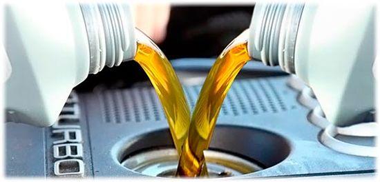 заливается различное масло в маслозаливную горловину двигателя