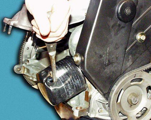 масляный фильтр, пробитый отверткой