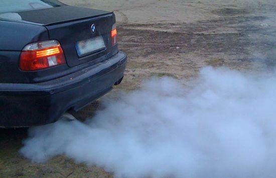 появился синий дым из трубы авто