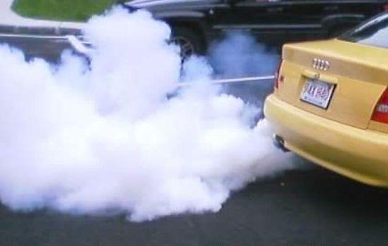 белый дым из трубы машины
