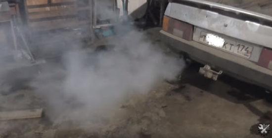 белый дым из трубы автомобиля
