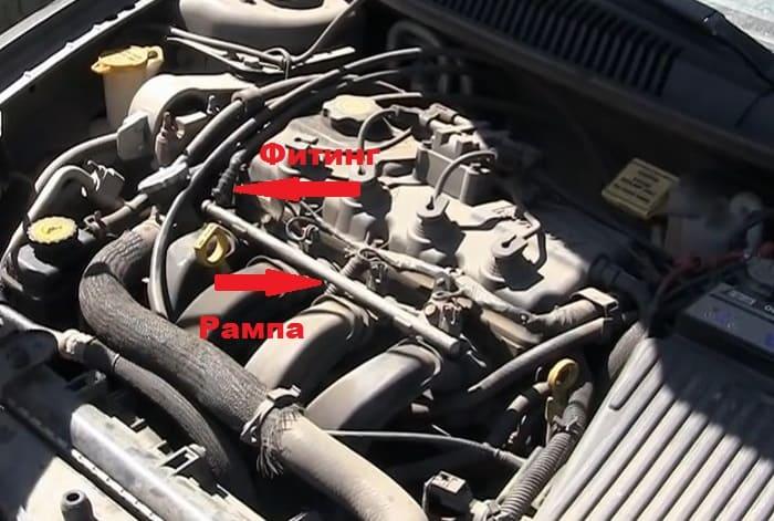 топливная рампа, установленная на двигателе авто