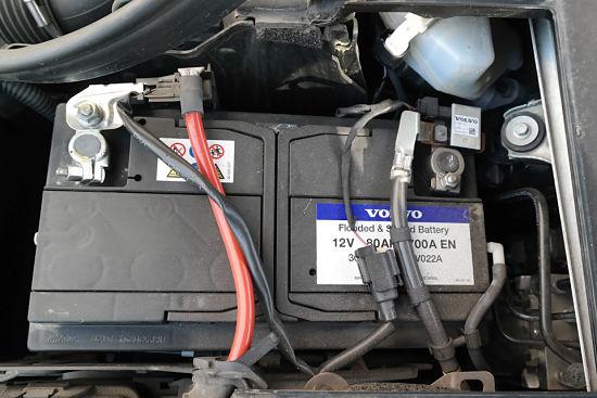аккумуляторная батарея в подкапотном пространстве авто