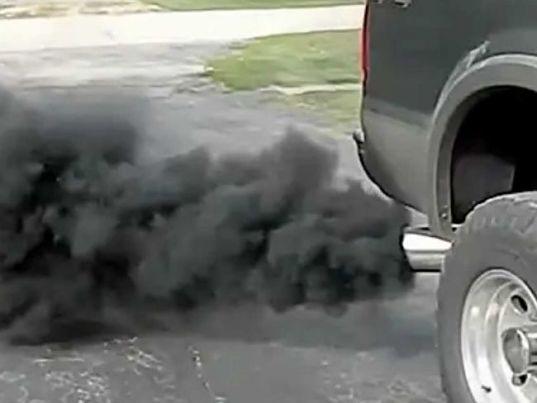 черный дым дизельного мотора на авто